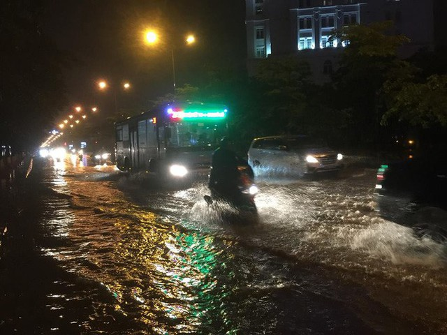 Chùm ảnh: Hàng nghìn phương tiện kẹt cứng trong đêm ở Hà Nội do mưa lớn - Ảnh 9.