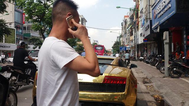Hà Nội: Lamborghini bạc tỷ bốc khói nghi ngút giữa phố, người dân hiếu kỳ vây quanh - Ảnh 1.