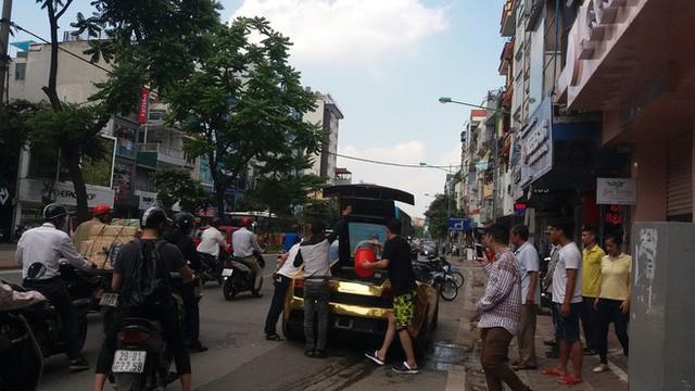 Hà Nội: Lamborghini bạc tỷ bốc khói nghi ngút giữa phố, người dân hiếu kỳ vây quanh - Ảnh 2.