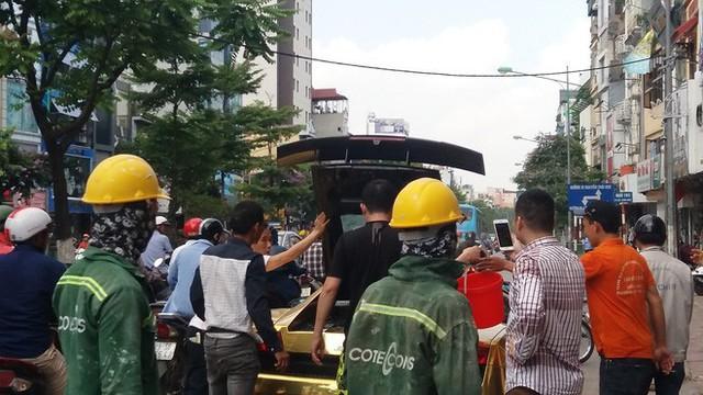 Hà Nội: Lamborghini bạc tỷ bốc khói nghi ngút giữa phố, người dân hiếu kỳ vây quanh - Ảnh 3.