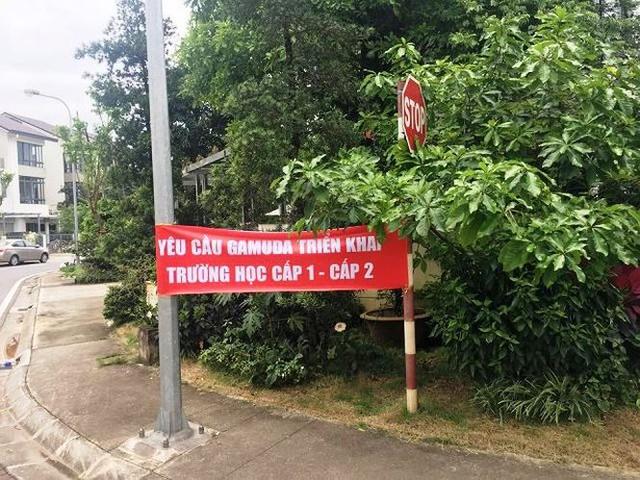 Cư dân căng băng rôn phản đối Gamuda Gardens lật kèo - Ảnh 4.
