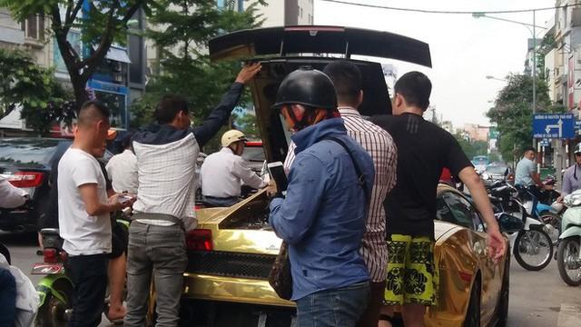 Hà Nội: Lamborghini bạc tỷ bốc khói nghi ngút giữa phố, người dân hiếu kỳ vây quanh - Ảnh 4.