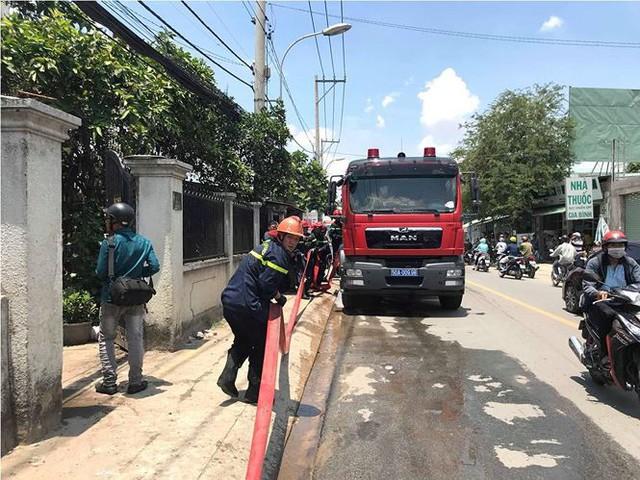 Cơ sở mút xốp ở Sài Gòn cháy ngùn ngụt  - Ảnh 1.
