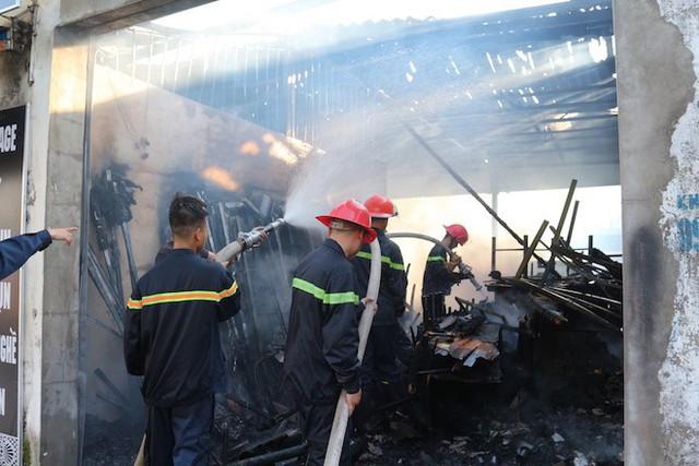Cháy ki-ốt ở chợ, nhiều tiểu thương ôm hàng bỏ chạy - Ảnh 2.