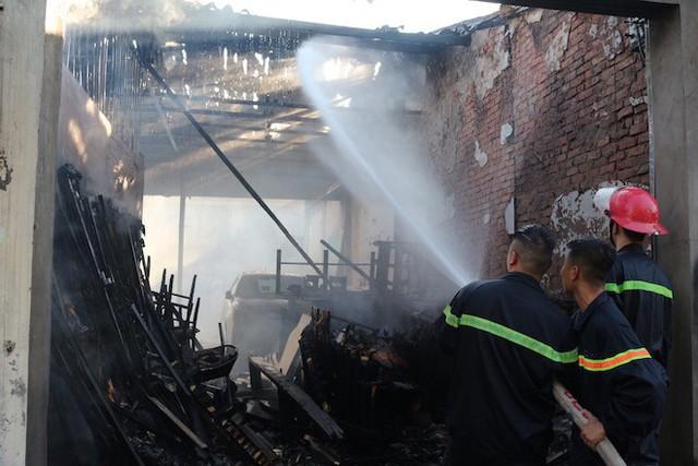 Cháy ki-ốt ở chợ, nhiều tiểu thương ôm hàng bỏ chạy - Ảnh 3.