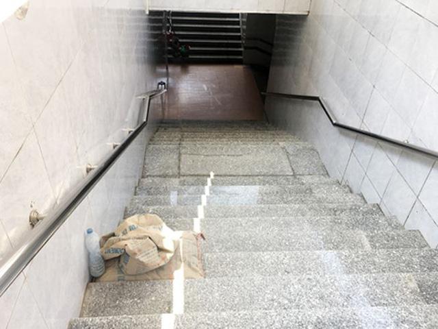 Lại chi đống tiền thay gạch lát hầm đi bộ đang...đẹp - Ảnh 1.