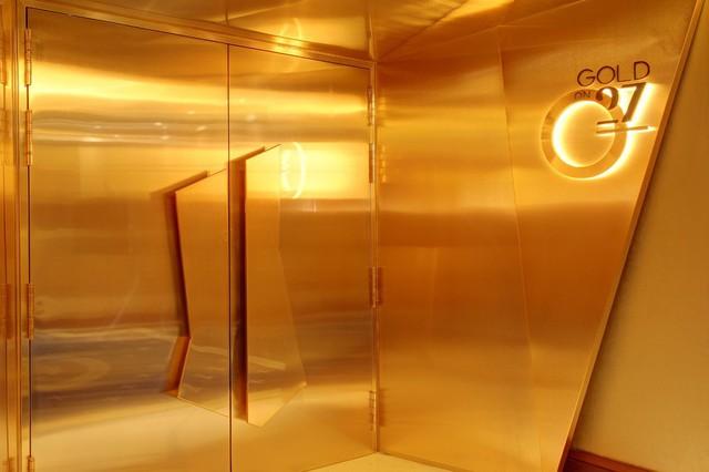 Bên trong nhà hàng xa xỉ phục vụ đồ ăn làm từ vàng ở Dubai - Ảnh 1.