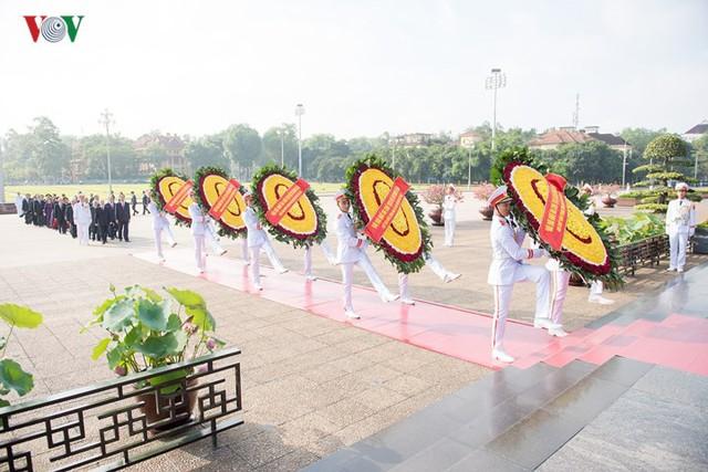 Ảnh: Lãnh đạo Đảng, Nhà nước vào Lăng viếng Chủ tịch Hồ Chí Minh - Ảnh 1.