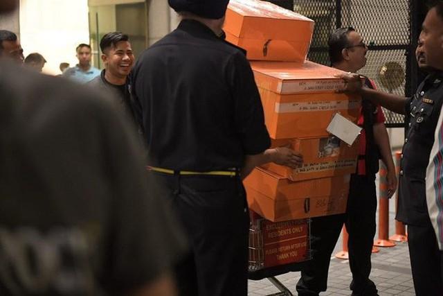 Malaysia thu 72 bao tiền, 284 túi hàng hiệu tại nhà ông Najib - Ảnh 1.