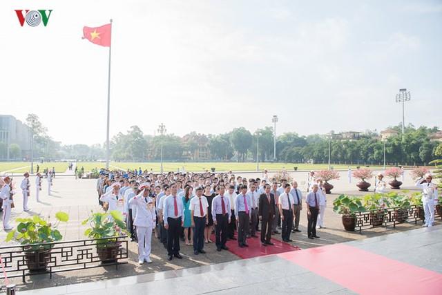 Ảnh: Lãnh đạo Đảng, Nhà nước vào Lăng viếng Chủ tịch Hồ Chí Minh - Ảnh 11.