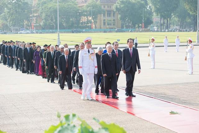 Ảnh: Lãnh đạo Đảng, Nhà nước vào Lăng viếng Chủ tịch Hồ Chí Minh - Ảnh 3.