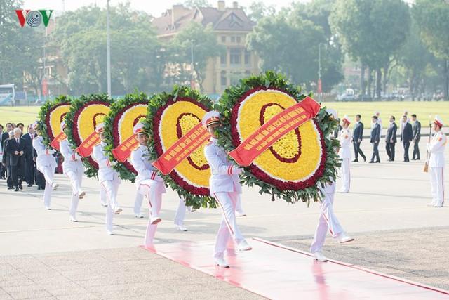 Ảnh: Lãnh đạo Đảng, Nhà nước vào Lăng viếng Chủ tịch Hồ Chí Minh - Ảnh 5.