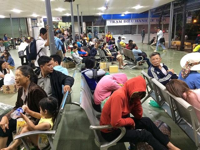 Hàng ngàn người vạ vật bến xe, sân bay lúc 3 giờ sáng - Ảnh 1.