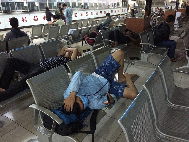 Hàng ngàn người vạ vật bến xe, sân bay lúc 3 giờ sáng - Ảnh 2.