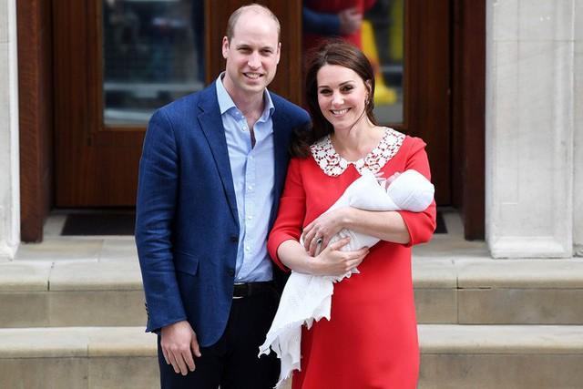 Giấy khai sinh của con trai thứ 3 tiết lộ nghề nghiệp đặc biệt của hoàng tử William và Công nương Kate - Ảnh 2.