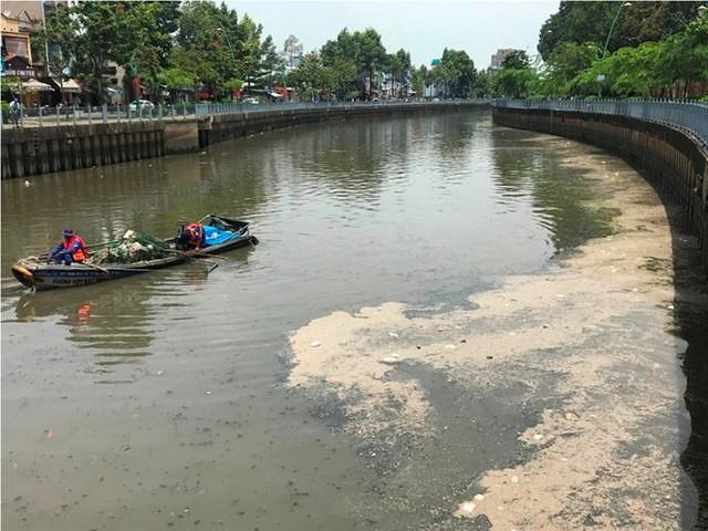 Rác ngập ngụa, cá nổi đầy kênh Nhiêu Lộc sau cơn mưa chuyển mùa  - Ảnh 1.