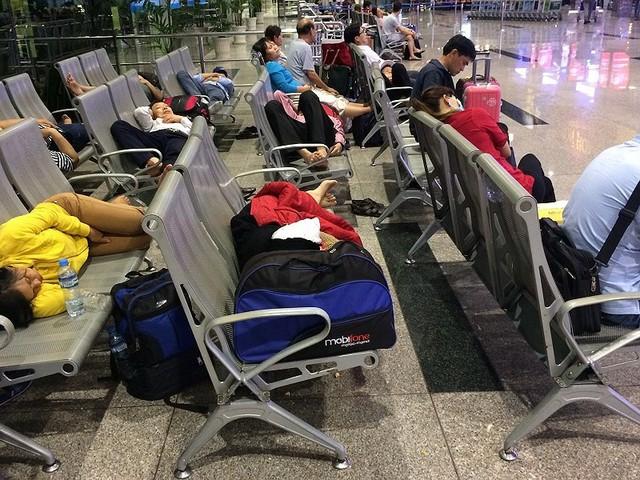 Hàng ngàn người vạ vật bến xe, sân bay lúc 3 giờ sáng - Ảnh 4.