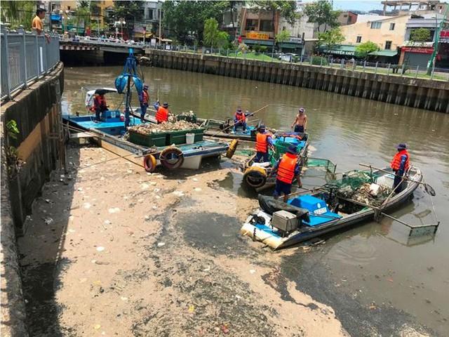 Rác ngập ngụa, cá nổi đầy kênh Nhiêu Lộc sau cơn mưa chuyển mùa  - Ảnh 4.