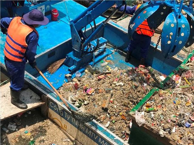 Rác ngập ngụa, cá nổi đầy kênh Nhiêu Lộc sau cơn mưa chuyển mùa  - Ảnh 5.