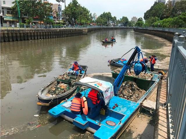 Rác ngập ngụa, cá nổi đầy kênh Nhiêu Lộc sau cơn mưa chuyển mùa  - Ảnh 10.