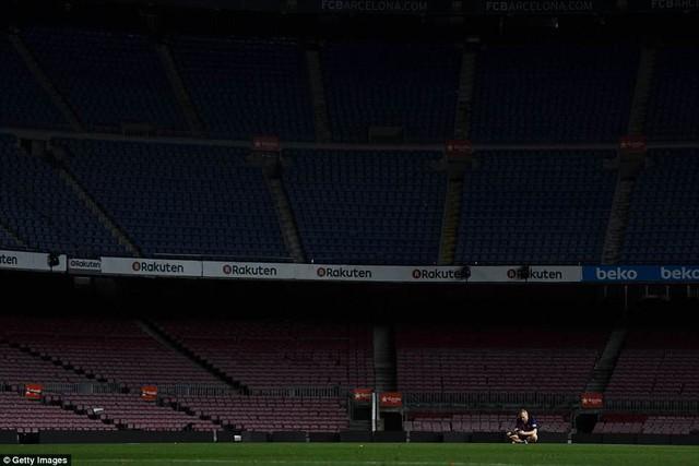 Khoảnh khắc Iniesta ngồi một mình ở Nou Camp lúc 1h sáng gây xúc động - Ảnh 3.
