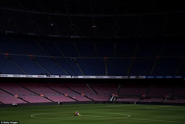 Khoảnh khắc Iniesta ngồi một mình ở Nou Camp lúc 1h sáng gây xúc động - Ảnh 4.