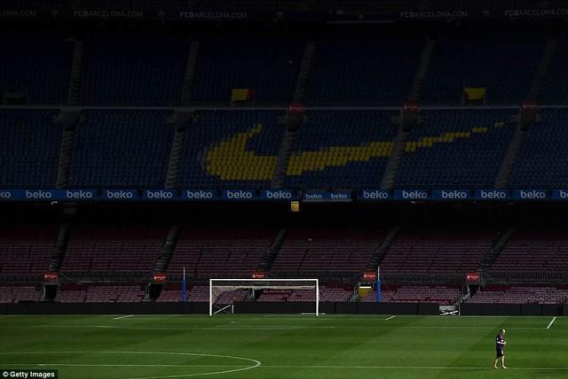 Khoảnh khắc Iniesta ngồi một mình ở Nou Camp lúc 1h sáng gây xúc động - Ảnh 5.