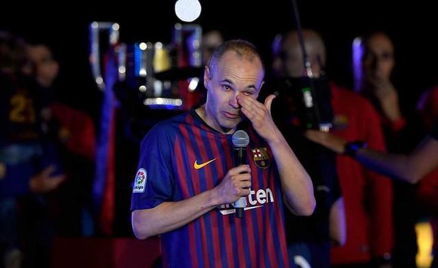 Khoảnh khắc Iniesta ngồi một mình ở Nou Camp lúc 1h sáng gây xúc động - Ảnh 6.