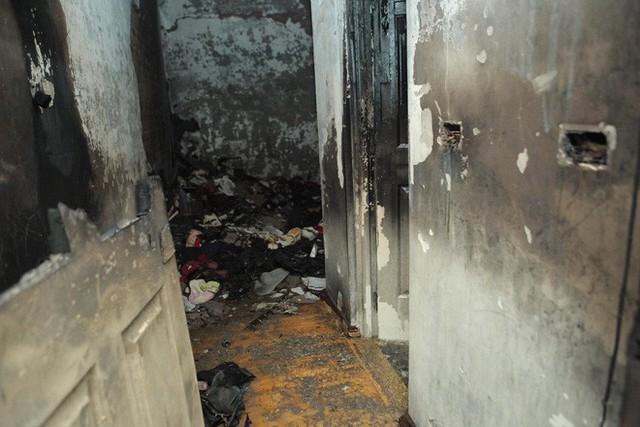 Cảnh tan hoang bên trong căn nhà cháy tại tầng 18 chung cư ở Hà Đông - Ảnh 3.