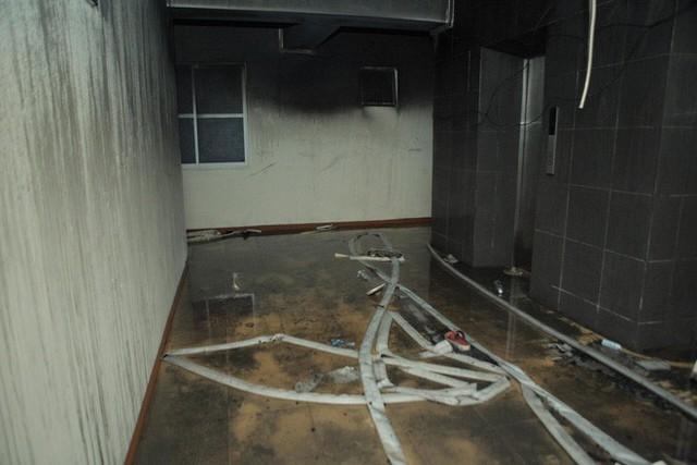 Cảnh tan hoang bên trong căn nhà cháy tại tầng 18 chung cư ở Hà Đông - Ảnh 5.
