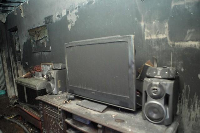 Cảnh tan hoang bên trong căn nhà cháy tại tầng 18 chung cư ở Hà Đông - Ảnh 7.