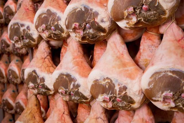 Giăm bông Parma lừng danh của nước Ý: Món ngon từ nguyên liệu thịt tươi hảo hạng được thử thách với không khí sạch và thời gian - Ảnh 3.
