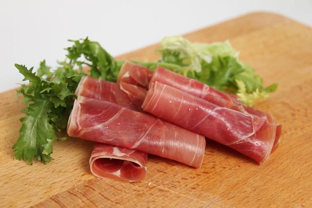 Giăm bông Parma lừng danh của nước Ý: Món ngon từ nguyên liệu thịt tươi hảo hạng được thử thách với không khí sạch và thời gian - Ảnh 1.