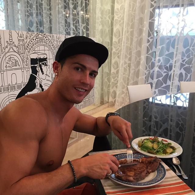 Đối xử với cơ thể như chiếc Ferrari, Cristiano Ronaldo sở hữu thân hình vạn người mê như chạm khắc từ đá cẩm thạch  - Ảnh 2.