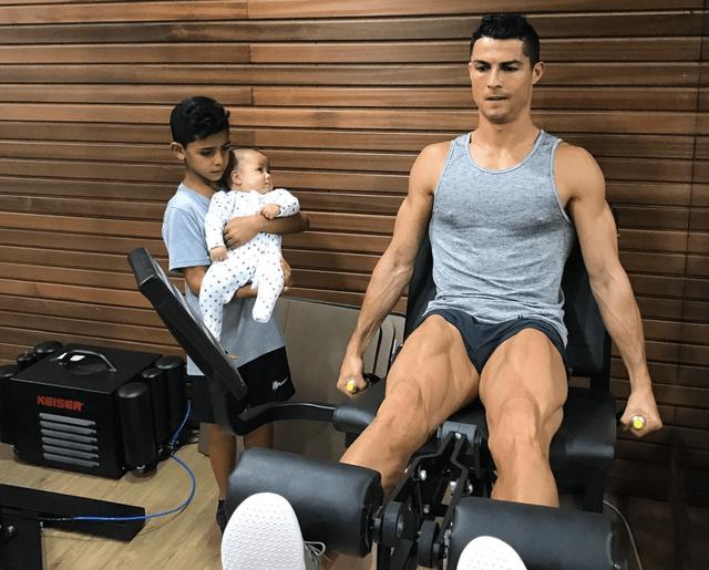 Đối xử với cơ thể như chiếc Ferrari, Cristiano Ronaldo sở hữu thân hình vạn người mê như chạm khắc từ đá cẩm thạch  - Ảnh 3.