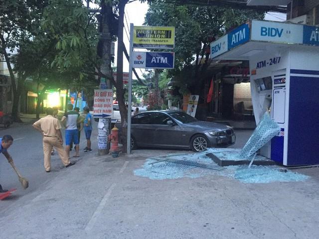 Xế hộp BMW tông nát trụ ATM của BIDV ở Sài Gòn - Ảnh 1.