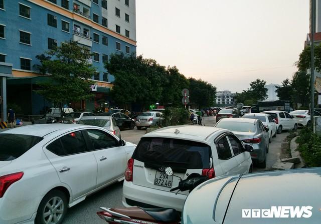 Ảnh: Giải tỏa bãi đỗ xe ở Hà Nội, dân đành để xe trên bãi rác - Ảnh 1.