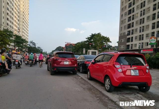 Ảnh: Giải tỏa bãi đỗ xe ở Hà Nội, dân đành để xe trên bãi rác - Ảnh 11.