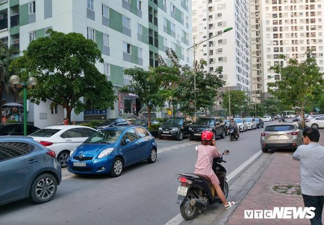 Ảnh: Giải tỏa bãi đỗ xe ở Hà Nội, dân đành để xe trên bãi rác - Ảnh 13.