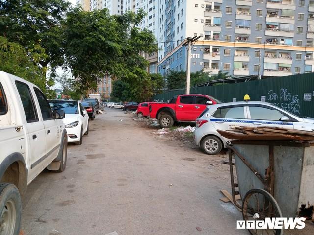 Ảnh: Giải tỏa bãi đỗ xe ở Hà Nội, dân đành để xe trên bãi rác - Ảnh 8.