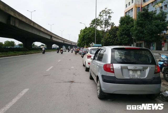 Ảnh: Giải tỏa bãi đỗ xe ở Hà Nội, dân đành để xe trên bãi rác - Ảnh 9.