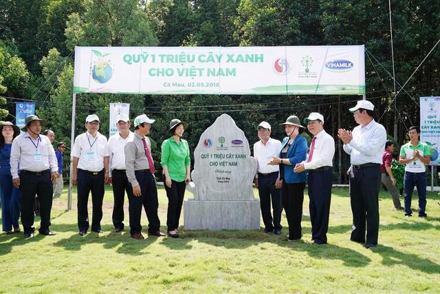 Vinamilk trồng gần 100 ngàn cây xanh và trao tặng 66.000 ly sữa tại tỉnh Cà Mau - Ảnh 2.