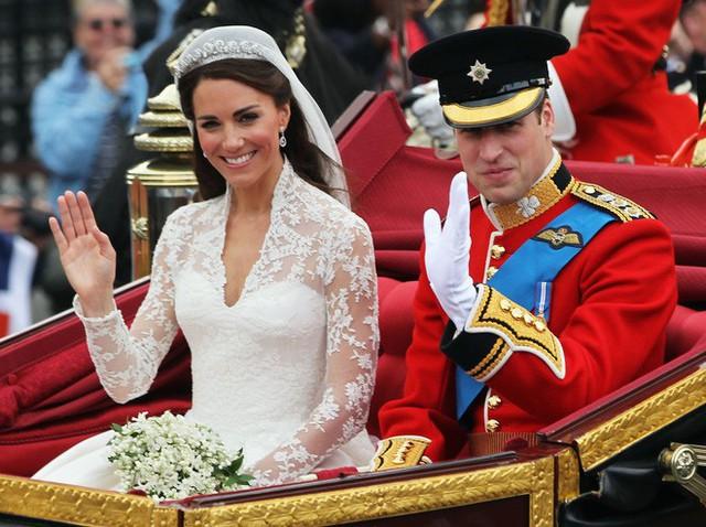 Cuối cùng thì chiếc váy cưới trị giá hơn 3 tỷ đồng của cô dâu Hoàng gia Anh Meghan Markle cũng đã lộ diện, đẹp đến từng milimet - Ảnh 5.