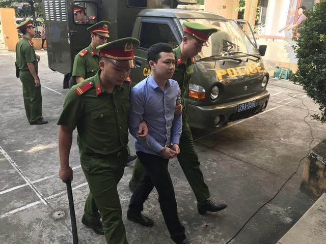 Hoãn xử bác sĩ Hoàng Công Lương sau gần 2 giờ khai mạc tòa - Ảnh 1.