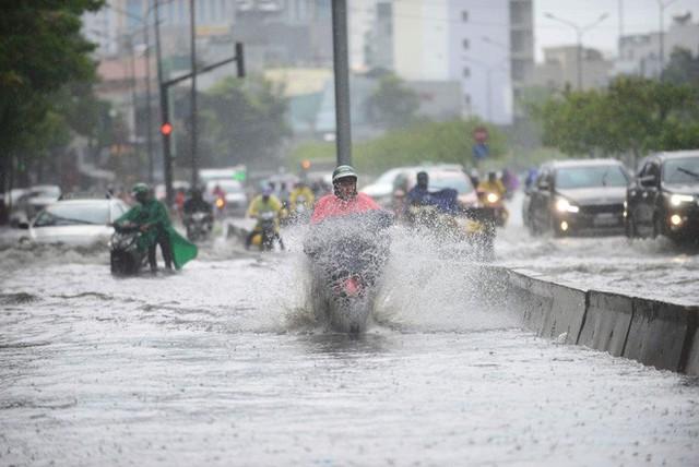 Tuyến đường có máy bơm công suất lớn ở Sài Gòn biến thành sông sau cơn mưa lớn - Ảnh 1.
