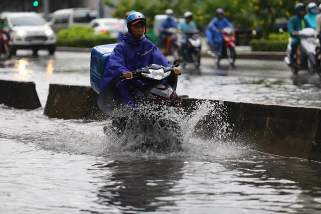 Tuyến đường có máy bơm công suất lớn ở Sài Gòn biến thành sông sau cơn mưa lớn - Ảnh 2.