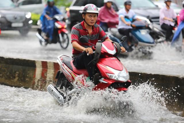 Tuyến đường có máy bơm công suất lớn ở Sài Gòn biến thành sông sau cơn mưa lớn - Ảnh 3.