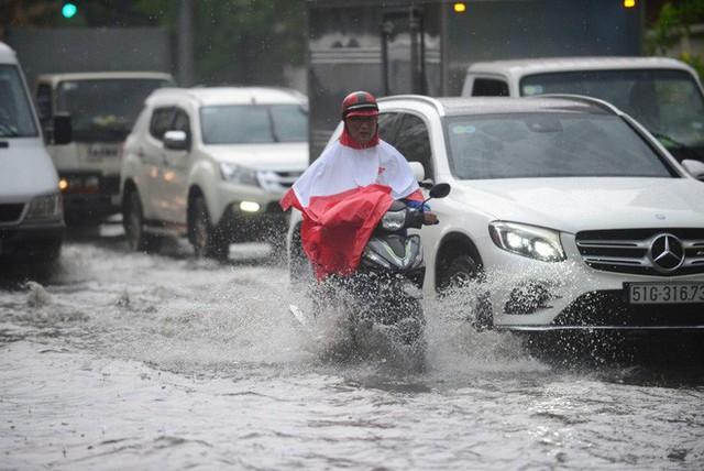 Tuyến đường có máy bơm công suất lớn ở Sài Gòn biến thành sông sau cơn mưa lớn - Ảnh 4.