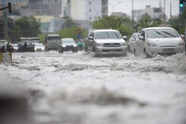 Tuyến đường có máy bơm công suất lớn ở Sài Gòn biến thành sông sau cơn mưa lớn - Ảnh 5.