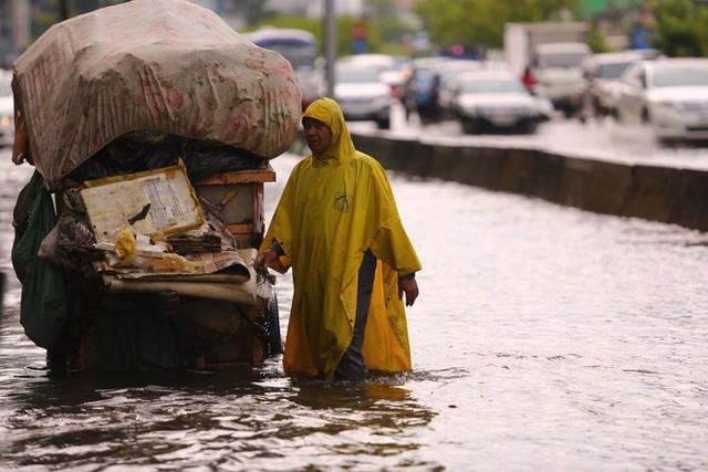 Tuyến đường có máy bơm công suất lớn ở Sài Gòn biến thành sông sau cơn mưa lớn - Ảnh 6.